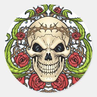 Cráneo y rosas con la corona de espinas por el Al Pegatina Redonda