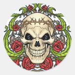 Cráneo y rosas con la corona de espinas por el Al Etiquetas Redondas