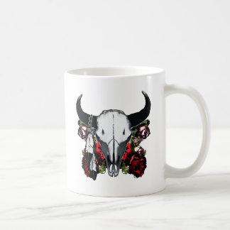 Cráneo y rosas del búfalo taza básica blanca