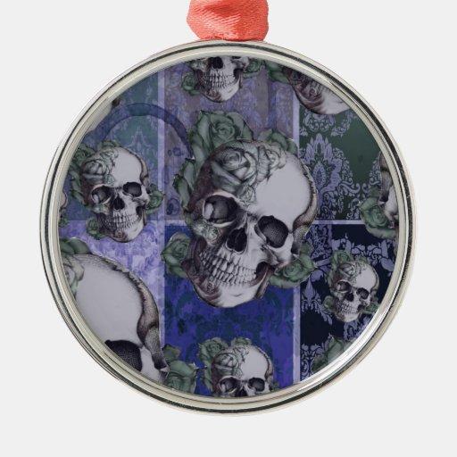 Cráneo y rosas del Victorian. Azul real Adorno Navideño Redondo De Metal