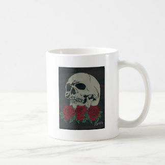 cráneo y rosas taza clásica