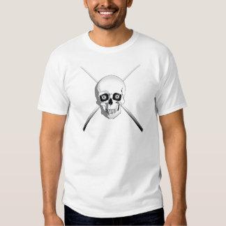 Cráneo y tacos de billar camisas