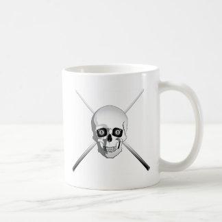 Cráneo y tacos de billar taza