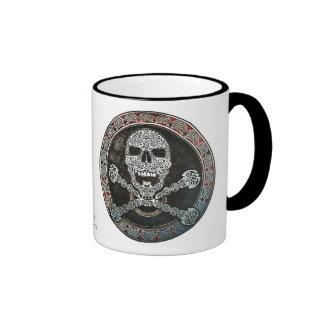 Cráneo y taza célticos de la bandera pirata