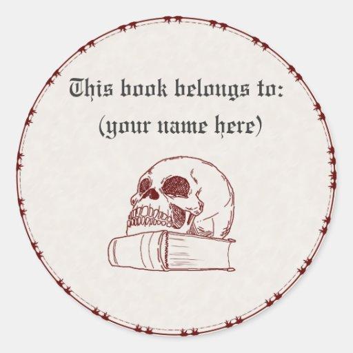 Cráneo y un libro pegatina redonda