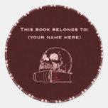 Cráneo y un libro, rojo pegatina redonda
