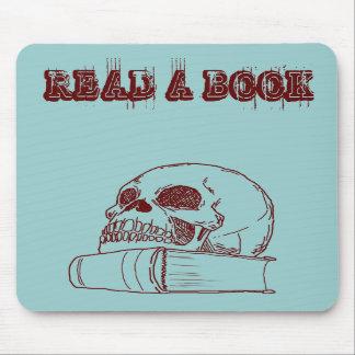 Cráneo y un libro alfombrilla de ratón