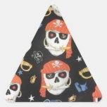 Cráneos alegres del pirata de Rogelio Pegatina Triangular