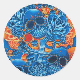 Cráneos azules y anaranjados pegatina redonda