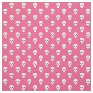 Cráneos blancos en tela rosada telas