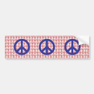 Cráneos blancos y azules rojos de la paz etiqueta de parachoque