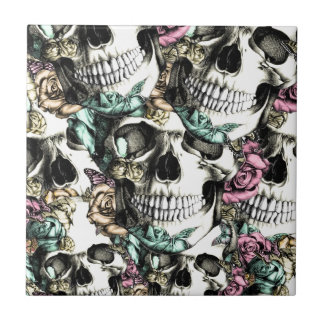 Cráneos color de rosa descendentes con las maripos azulejo cuadrado pequeño