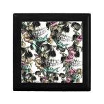 Cráneos color de rosa descendentes con las maripos cajas de recuerdo