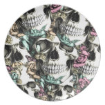 Cráneos color de rosa descendentes con las maripos plato para fiesta