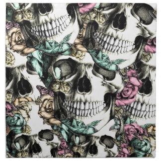 Cráneos color de rosa descendentes con las maripos servilletas