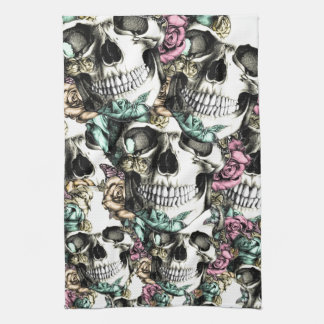 Cráneos color de rosa descendentes con las maripos toalla de mano