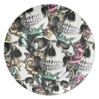Cráneos color de rosa descendentes con las platos