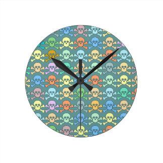 cráneos coloreados pirata reloj redondo mediano