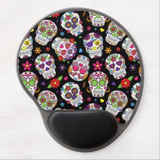 Cráneos coloridos del azúcar en negro alfombrilla de ratón con gel