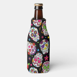 Cráneos coloridos del azúcar en negro enfriador de botellas