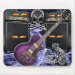 Cráneos de la guitarra púrpura y cojín llameantes  alfombrilla de raton