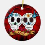 Cráneos del amor con el ornamento de los Bluebirds Adorno Navideño Redondo De Cerámica