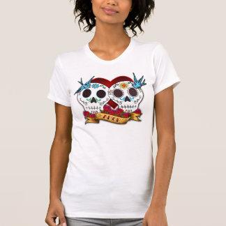 Cráneos del amor con la camisa de las señoras de