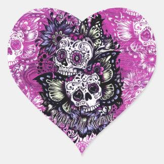 Cráneos del azúcar de la mariposa en base de colcomanias de corazon