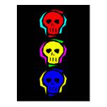 Cráneos del color primario tarjeta postal