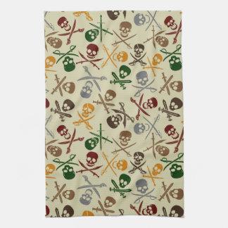 Cráneos del pirata con las espadas cruzadas toallas de cocina