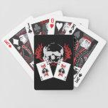 Cráneos del póker con las tarjetas de los as cartas de juego