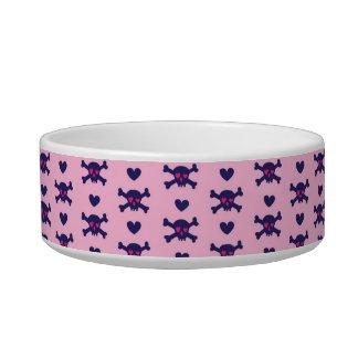 Cráneos del punk rock en rosa tazón para gato