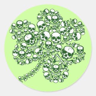 Cráneos del trébol pegatina redonda