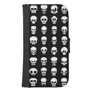 Cráneos en fondo negro fundas billetera para teléfono