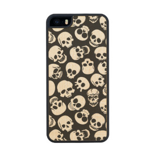 Cráneos en modelo negro del fondo funda de arce carved® para iPhone 5