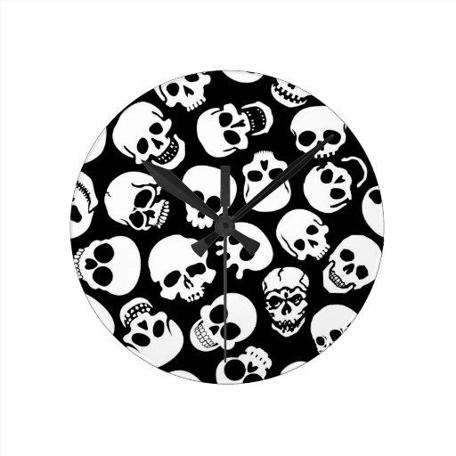 Cráneos en modelo negro del fondo reloj redondo mediano