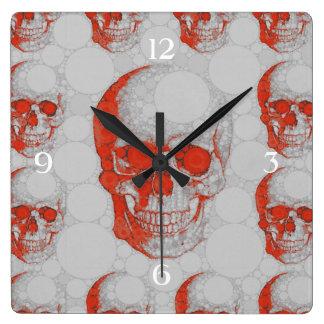 Cráneos grises rojos reloj cuadrado