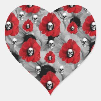 Cráneos grises y rojos con el modelo de las pegatina en forma de corazón