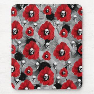 Cráneos grises y rojos con el modelo de las tapetes de raton