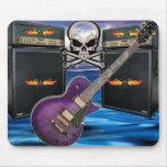 Cráneos llameantes de la guitarra púrpura y océano alfombrillas de ratón