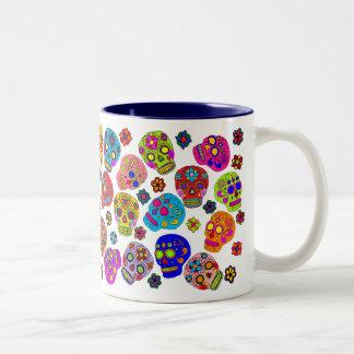 Cráneos mexicanos del azúcar del arte popular taza de café de dos colores