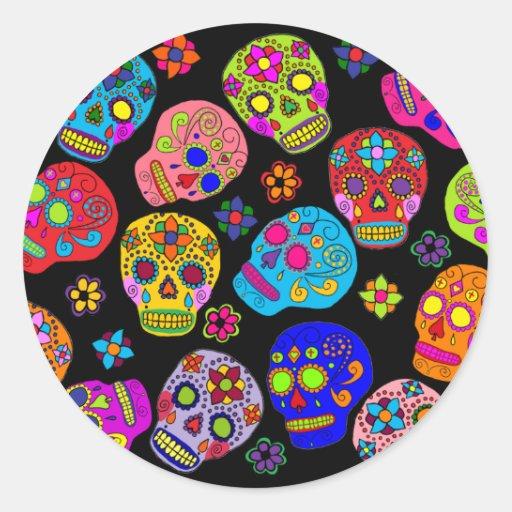 Cráneos multicolores del azúcar pegatina redonda