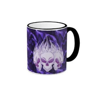 Cráneos púrpuras llameantes taza de café