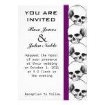 Cráneos (púrpuras) que casan la invitación