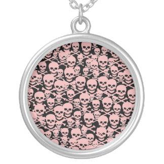 Cráneos rosados colgantes