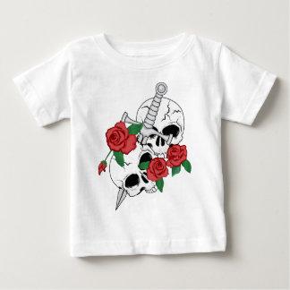 Cráneos, rosas y daga camiseta
