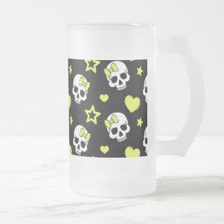 Cráneos y corazones del gótico con acentos jarra de cerveza esmerilada