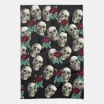 Cráneos y flores toalla de mano