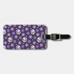 Cráneos y flores violetas etiqueta de equipaje