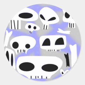 Cráneos y huesos de Spraypaint Emo Etiquetas Redondas